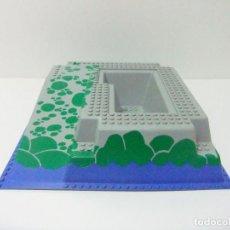 Juegos construcción - Lego: BASE CON RELIEVE LEGO 6273 PIRATES ROCK ISLAND REFUGE - ISLA ROCA REFUGIO PIRATAS PLACA RAMPA MAR. Lote 241285950