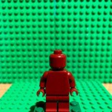 Juegos construcción - Lego: LEGO MINIFIGURA MONOCROMA CON PIEZAS ORIGINALES DE LEGO - FIGURA COLOR ROJO OSCURO. Lote 252822135