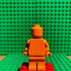 Juegos construcción - Lego: LEGO MINIFIGURA MONOCROMA CON PIEZAS ORIGINALES DE LEGO - FIGURA COLOR NARANJA. Lote 252822425