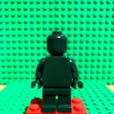 Juegos construcción - Lego: LEGO MINIFIGURA MONOCROMA CON PIEZAS ORIGINALES DE LEGO - FIGURA COLOR VERDE OSCURO. Lote 252824650
