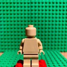 Juegos construcción - Lego: LEGO MINIFIGURA MONOCROMA CON PIEZAS ORIGINALES DE LEGO - FIGURA COLOR TOSTADO CLARO. Lote 252825015