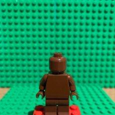 Juegos construcción - Lego: LEGO MINIFIGURA MONOCROMA CON PIEZAS ORIGINALES DE LEGO - FIGURA COLOR MARRON TIERRA. Lote 252826760