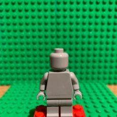 Juegos construcción - Lego: LEGO MINIFIGURA MONOCROMA CON PIEZAS ORIGINALES DE LEGO - FIGURA COLOR GRIS CLARO. Lote 252827270