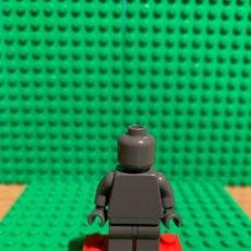 Juegos construcción - Lego: LEGO MINIFIGURA MONOCROMA CON PIEZAS ORIGINALES DE LEGO - FIGURA COLOR GRIS OSCURO. Lote 252827605