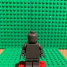 Juegos construcción - Lego: LEGO MINIFIGURA MONOCROMA CON PIEZAS ORIGINALES DE LEGO - FIGURA COLOR GRIS CEMENTO. Lote 252827805