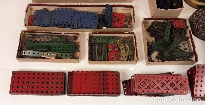 Juegos construcción - Meccano: CAJA CON PIEZAS DE MECCANO CON GRAN CANTIDAD DE PIEZAS. METAL. FRANCIA. CIRCA 1920. - Foto 13 - 91134355