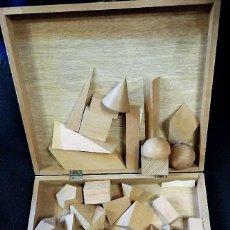 Juegos educativos: ANTIGUA CAJA DE MADERA CON FIGURAS GEOMETRICAS DEL MISMO MATERIAL PARA LA ENSEÑANZA EN ESCUELA . Lote 193699545