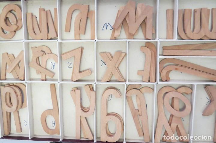 Juegos educativos: ANTIGUA CAJA CON 102 LETRAS DE MADERA - Foto 5 - 206123220
