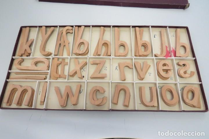 Juegos educativos: ANTIGUA CAJA CON 102 LETRAS DE MADERA - Foto 15 - 206123220
