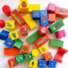 Juegos educativos: 35 PIEZAS DE CONSTRUCCION DE MADERA MUCHAS DE ELLAS CON FIGURAS DE INSECTOS. Lote 268767394