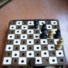 Juegos de mesa: BONITO AJEDREZ DE VIAJE CON ESTUCHE Y TABLERO DE PIEL Y FIGURAS DE MADERA MIDE 10CM X10, AÑOS 40. Lote 46906499