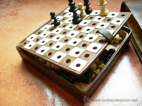 Juegos de mesa: bonito ajedrez de viaje con estuche y tablero de piel y figuras de madera mide 10cm x10, años 40 - Foto 3 - 46906499