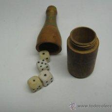 Juegos de mesa: ANTIGUO CUBILETE CON DADOS CON FORMA DE BOTELLA EN MADERA DADOS EN VIDRIO. MIDE 7 X 2 CM.. Lote 19079525