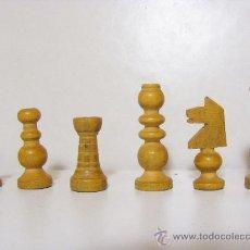 Juegos de mesa: CAJA Y PIEZAS DE AJEDREZ DE MADERA. AJEDREZ. Lote 28656673