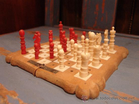 ANTIGUO AJEDREZ DE VIAJE CON PIEZAS DE MARFIL (Juguetes - Juegos - Juegos de Mesa)