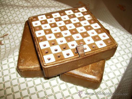 Juegos de mesa: bonito ajedrez de viaje con estuche y tablero de piel y figuras de madera mide 10cm x10, años 40 - Foto 5 - 46906499