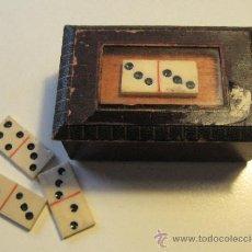 Juegos de mesa: ANTIGUO DOMINO MINIATURA. DE HUESO, CON SU CAJA. CADA FICHA 2,2 X 1 CM. CAJA: 6 X 3,5; ALT. 2,3 CM. Lote 36152994