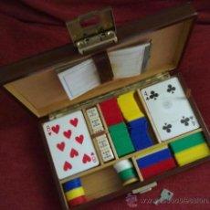 Juegos de mesa: CAJA DE PIEL Y MADERA CON LLAVE JUEGO DE CARTAS Y DADOS. BARAJA CON FICHAS. Lote 36659279