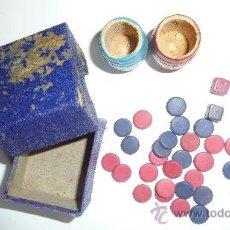 Juegos de mesa: ANTIGUAS FICHAS JUEGO PARCHIS . 2 CUBILETES DADOS FICHAS Y CAJA CARTON. Lote 38456955