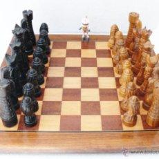 Juegos de mesa: ENORME !! AJEDREZ CON TABLERO ANTIGUO AÑOS 30 EN MARQUETERIA Y PIEZAS TALLADAS ESTILO ROMANICO. Lote 43334373