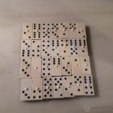 Juegos de mesa: ANTIGUO JUEGO DE DOMINÓ DE PLASTICO BLANCO Y NEGRO, AÑOS 70-80. Lote 53707728
