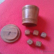 Juegos de mesa: ANTIGUO JUEGO CUBILETE VASO CON 5 DADOS DE MADERA IDEAL COLECCION. VER FOTOS Y DESCRIPCION. ESCASO. Lote 53994552