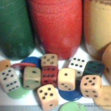 Juegos de mesa - Caja con cubiletes de madera, dados y fichas del parchís (años 60-70) - 54283604