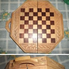 Juegos de mesa: TABLERO AJEDREZ/BAGAMON CAJA MADERA TALLADA MALETA EN MADERA TALLADA CON ASA CON FORMA OCTOGONAL. Lote 56251707