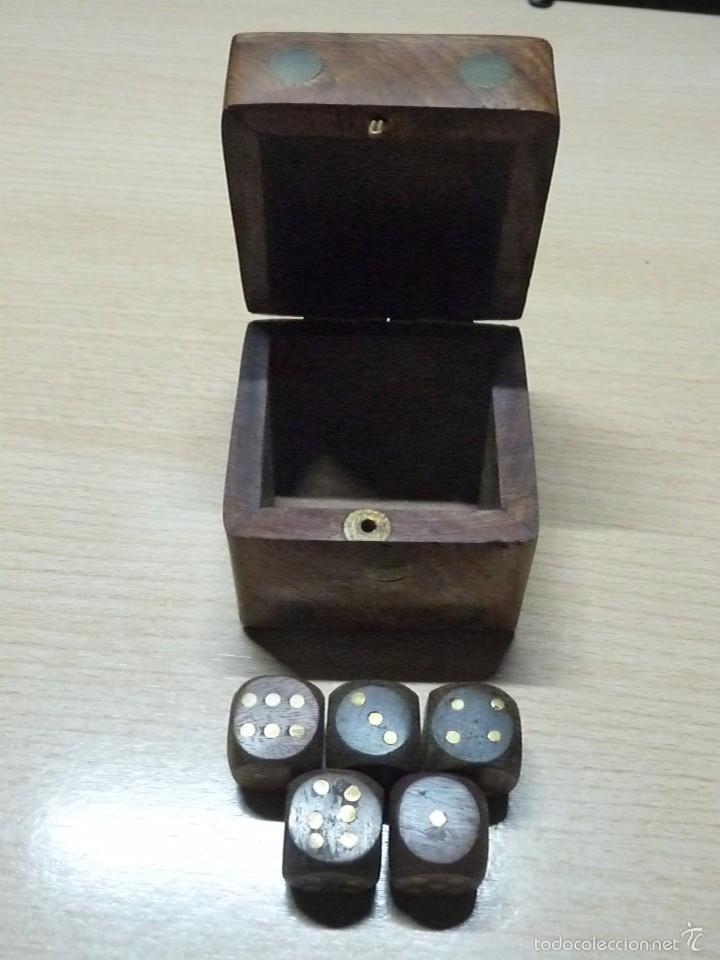 CAJITA DE MADERA CON 5 DADOS DE MADERA (Juguetes - Juegos - Juegos de Mesa)