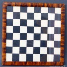 Juegos de mesa: TABLERO AJEDREZ CARTÓN ENMARCADO EN MADERA AÑOS 40. Lote 58580492
