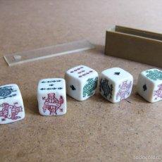 Juegos de mesa: JUEGO DE 5 DADOS DE POKER ANTIGUOS CON CAJA ACTUAL. Lote 59171800