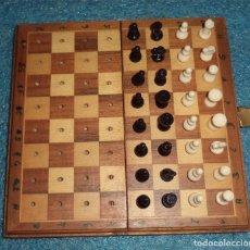 Juegos de mesa: AJEDREZ DE VIAJE EN CAJA/TABLERO DE MADERA MIDE: LA CAJA 16 CM. DE LADO LAS PIEZAS 15 MM. Lote 195512440