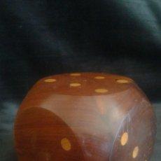 Juegos de mesa: GRAN DADO MADERA MACIZO 9X9 CM. Lote 94187707
