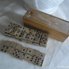 Juegos de mesa: JUEGO DE DOMINÓ EN MADERA EN SU CAJA ORIGINAL ANTIGUO. Lote 97400499