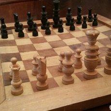 Juegos de mesa: ANTIGUO AJEDREZ CON TABLERO 1954. TODO EN MADERA. FIGURAS EN CAJA DE MADERA. (VER FOTOS).. Lote 100456022