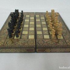 Juegos de mesa: INCREÍBLE TABLERO ANTIGUO - AJEDREZ - BACKGAMMON - MADERA Y NÁCAR - MARQUETERÍA - FIGURAS DE TALLA. Lote 103552487