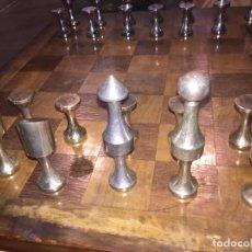 Juegos de mesa: ANTIGUO JUEGO DE AJEDREZ. TABLERO DE MADERA Y PIEZAS METALICAS. ORIGINAL. Lote 103694127