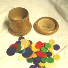 Juegos de mesa: JUEGO DE LA PULGA, AÑOS 40. CUBILETE MADERA Y FICHAS BAQUELITA . MED. 6,50 X 6 CM. Lote 110094903
