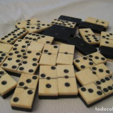 Juegos de mesa: ANTIGUO JUEGO DOMINÓ DE MADERA Y HUESO O MARFIL, COMPLETO, FICHAS GRANDES SIN CAJA. Lote 112380167