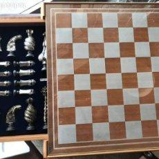 Juegos de mesa: AJEDREZ CON FIRGURAS GAUDÍ PLATEADAS. Lote 117719427