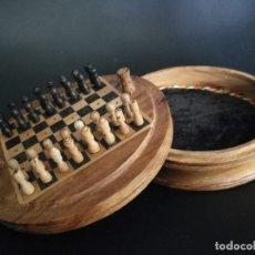 Juegos de mesa: ANTIGUO AJEDREZ DE VIAJE TALLADO A MANO INTEGRAMENTE EN MADERA . Lote 125272819
