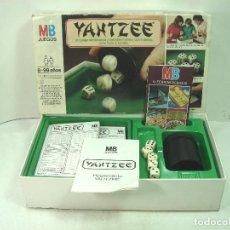 Juegos de mesa: JUEGO DADOS - YAHTZEE DE MB 1983 REF: 4502 - INCLUYE CATALOGO JUEGOS MB - DADO CUBILETE. Lote 135846610
