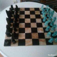 Juegos de mesa: AJEDREZ CON FIGURAS DE CRISTAL TALLADO TRANSPARENTE Y ONIX NEGRO CON TABLERO DE MÁRMOL. Lote 140065322