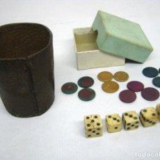 Juegos de mesa: S.XIX - JUEGOS DE DADOS TRAMPOSO DE HUESO HAY UNO FALSO TRAMPA + CUBILETE PIEL + FICHAS JUEGO CHINOS. Lote 144156770