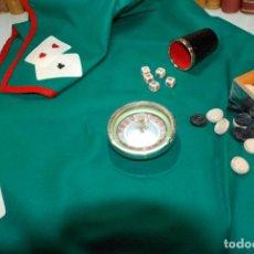Juegos de mesa: LOTE DE TAPETE DE POKER, RULETA. CUBO CON DADOS Y FICHAS DAMAS - AÑOS 60-70 - . Lote 148427282