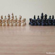 Juegos de mesa: 32 FICHAS DE AJEDREZ. MADERA TALLADA Y TEÑIDA.. Lote 148502566