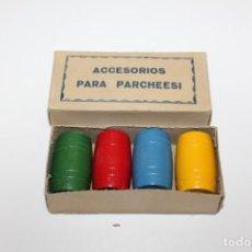 Juegos de mesa: ACCESORIOS PARA PARCHESI O PARCHIS ,CUBILETES,DADOS Y FICHAS DE MADERA MUY PEQUEÑAS - AÑOS 60. Lote 148763922