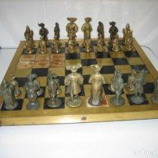 Juegos de mesa: ANTIGUO JUEGO DE AJEDREZ CON PIEZAS EN BRONCE. TABLERO EN LATÓN. . Lote 156354866