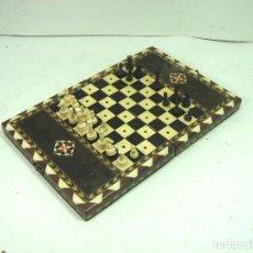 Juegos de mesa: ANTIGUO MINI AJEDREZ - MADERA TARACEA- 24X16-MARQUETERIA HUESO - FICHAS PLASTICO - TABLERO. Lote 159799682