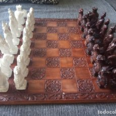 Juegos de mesa: AJEDREZ TALLADO A MANO EN ALABASTRO CON FIGURAS ORIENTALES. . Lote 164772038
